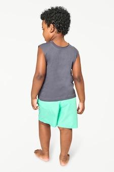Kindermodell in einem grauen ärmellosen