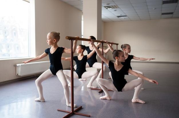 Kindern werden ballettpositionen in choreografie beigebracht.