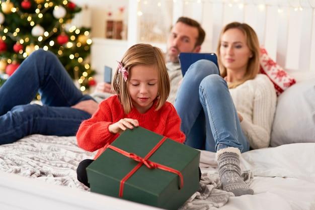 Kinderöffnungsgeschenk und eltern mit digitalem tablett