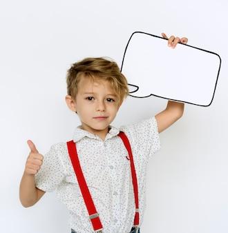 Kinderporträt, das papierikone hält