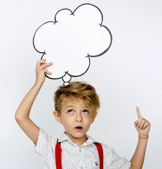 Kinderportrait, das papierikone hält