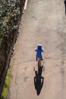 Kinderradfahren auf straßensichtansicht städtische szene