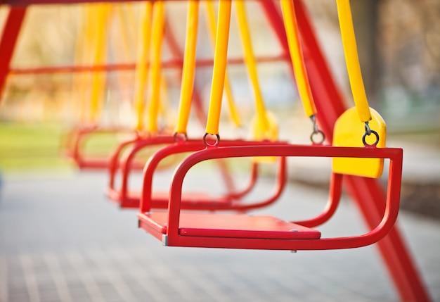 Kinderschaukel am spielplatz im freien nahaufnahme.