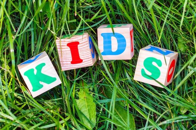 Kinderschild aus holzklötzen im freien