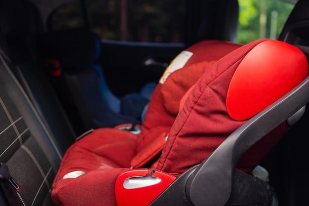 Kindersitz im fond des autos. kindersitz für die sicherheit. autoinnenraum. professionelle autopflege.