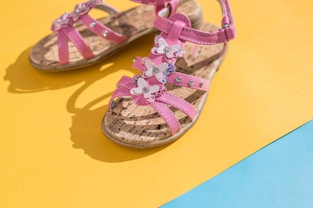 Kindersommersandalen. babyschuhe, mädchen rosa mode schuhe, ledersandale, mokassins. lederne weiße babysommersandalen