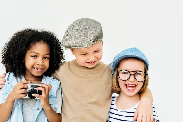 Kinderspaß-kinder spielerisches glück-retro- zusammengehörigkeits-konzept