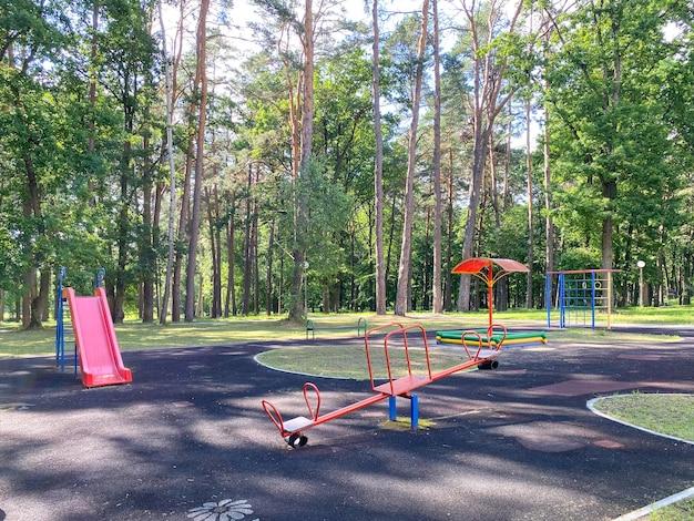 Kinderspielplatz ausgestatteter spielplatz mit verschiedenen geräten