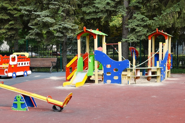 Kinderspielplatz im freien. einrichtungen für lustige kinderspiele.