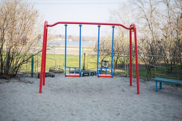 Kinderspielplatz im hof in kiew in der ukraine