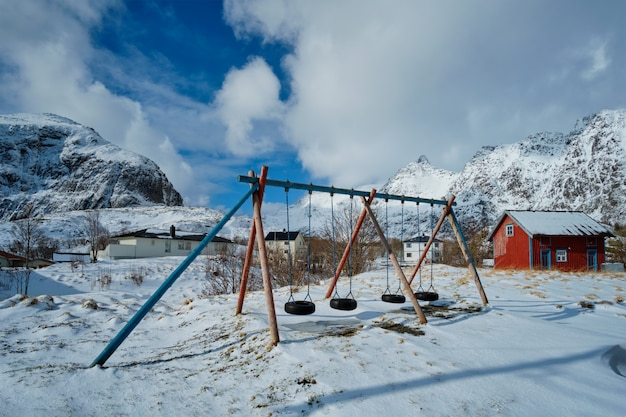 Kinderspielplatz im winter. ein dorf, lofoten, norwegen