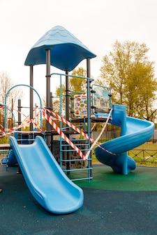 Kinderspielplatz ist wegen pandemie, epidemie geschlossen. verbot von kinderspielplätzen. prävention des covid-19-coronavirus. kampf gegen viren. selbstisolationsmodus. bleib zuhause!
