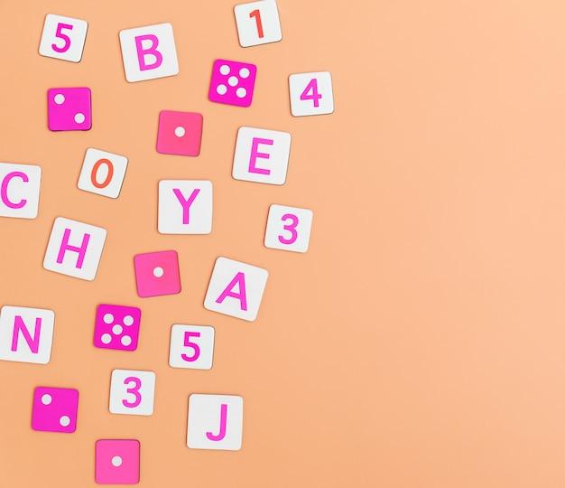 Kinderspielwaren auf orange hintergrund mit draufsicht der spielwarenebenenlage mit leerer mitte