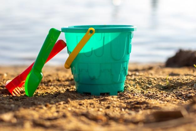 Kinderspielzeug am strand an einem sonnigen tag.