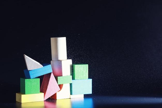 Kinderspielzeug aus holz auf dem tisch im spielbereich kreativität und selbstentwicklung
