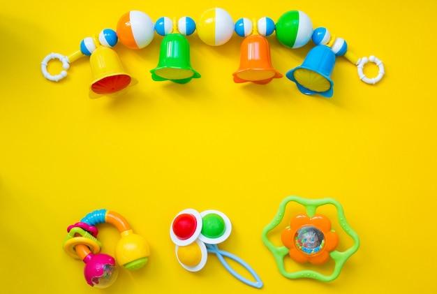 Kinderspielzeug für ein neugeborenes.