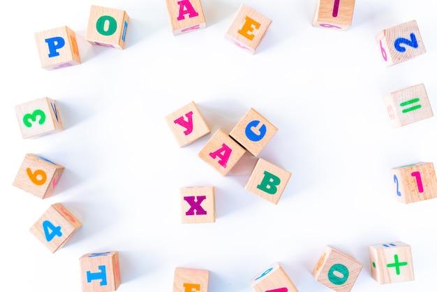 Kinderspielzeug holzjungen mit buchstaben und zahlen auf weiß