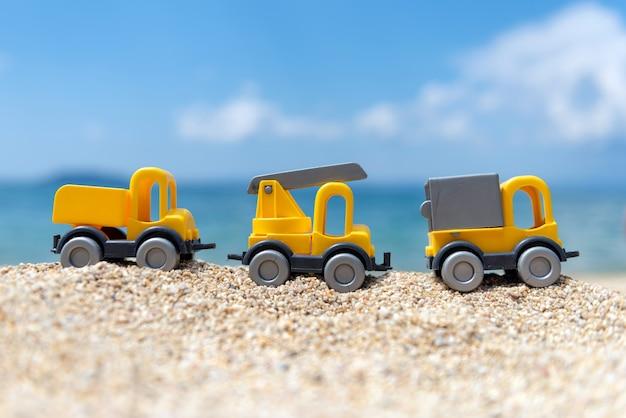 Kinderspielzeugauto auf dem küstenkonzept