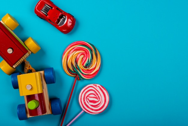 Kindertag. hölzerner zug, lutscher und roter wagen