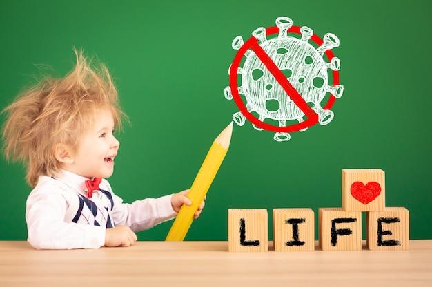 Kinderzeichen zeichenstopp coronavirus covid-19 gegen grüne tafel.