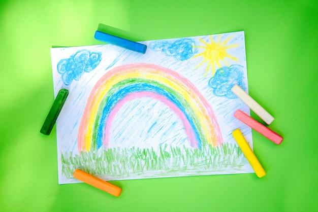 Kinderzeichnung eines regenbogens farbige buntstifte