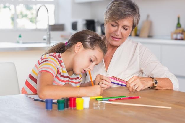 Kinderzeichnung mit ihrer großmutter