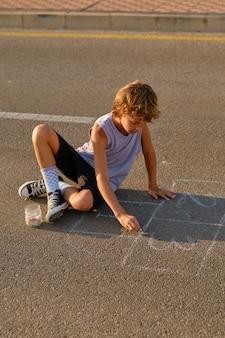 Kinderzeichnung mit kreide auf asphalt