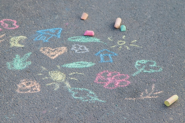 Kinderzeichnungen auf dem asphalt mit kreide.