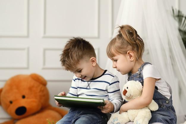 Kindheit. zwei kinder zu hause