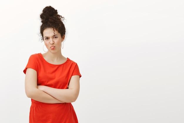 Kindliche jammernde frau im stilvollen roten kleid