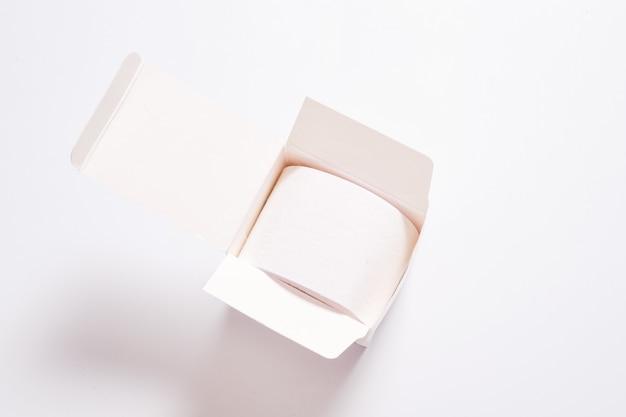 Kinesiologie-bandrolle im weißen karton