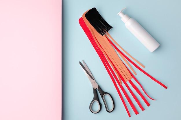 Kinesiologie-tape und schere auf rosa blauem hintergrund