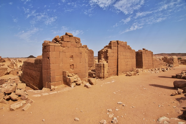 Kingdom kush - die ruinen des tempels in der wüste sahara im sudan