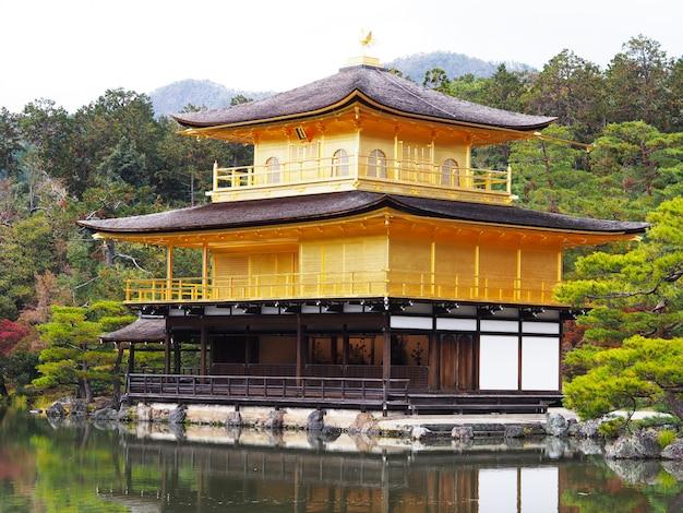 Kinkakuji-tempel, der berühmte markstein in kyoto, japan.