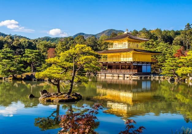 Kinkakuji-tempel (goldener pavillon) in kyoto japan mit offenbar blauem himmel.