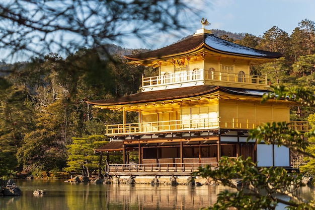 Kinkakuji-tempel (rokuon-ji-tempel). goldener pavillon in kyoto, japan. teleaufnahme