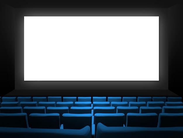 Kino kino mit blauen samtsitzen und einem leeren weißen bildschirm. speicherplatzhintergrund kopieren