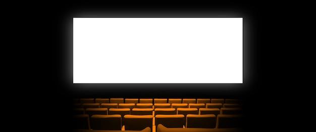 Kino kino mit orangefarbenen samtsitzen und einem leeren weißen bildschirm.
