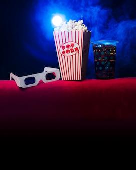 Kino mit popcornbox und gläsern 3d