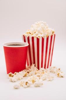 Kino-popcorn-box mit einem erfrischungsgetränk