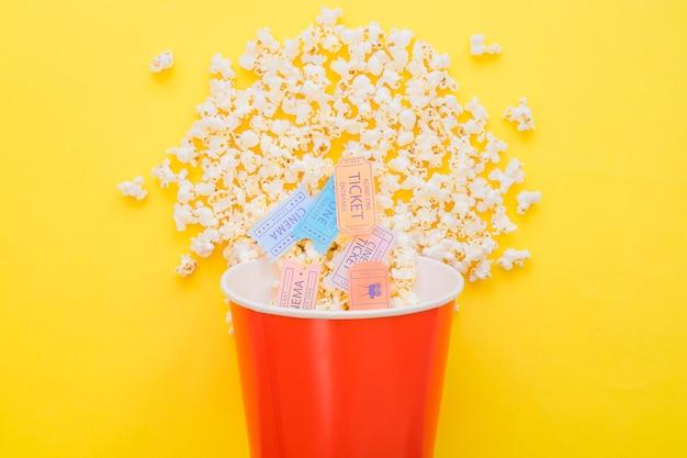 Kino-tickets in popcorn eimer