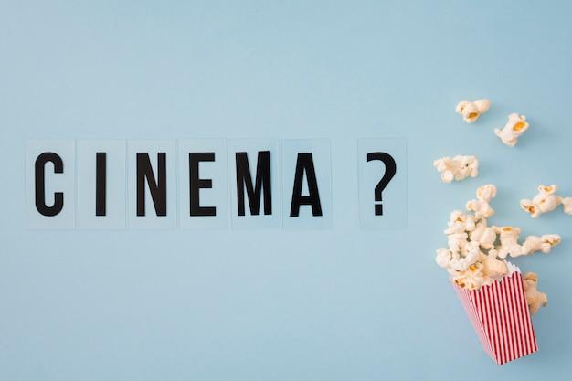 Kinobeschriftung auf blauem hintergrund