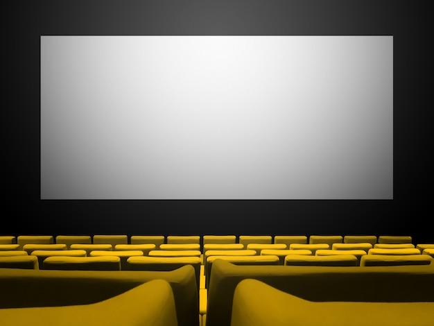 Kinokino mit gelben samtsitzen und einem leeren weißen bildschirm. raumhintergrund kopieren