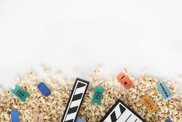 Kinokonzept mit filmklappe und popcorn