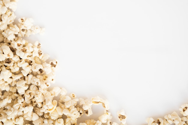 Kinokonzept mit popcornhintergrund