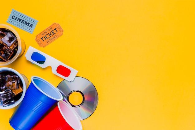 Kinomenü mit kinokarten und gläsern 3d