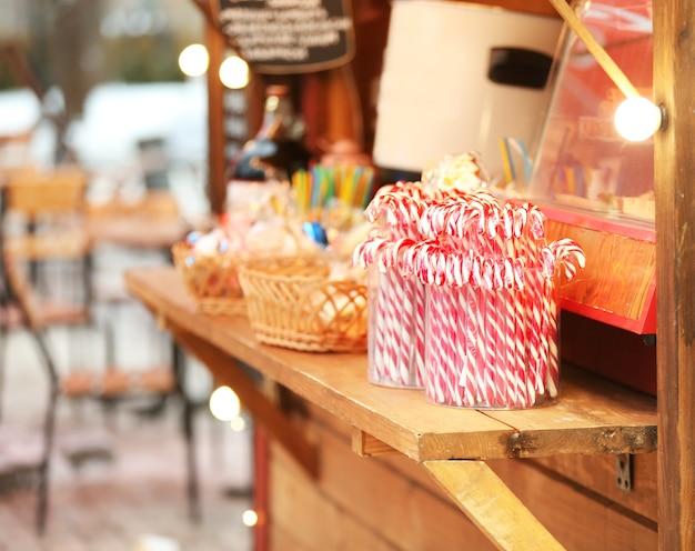 Kiosk mit bonbons beim traditionellen weihnachtsmarkt