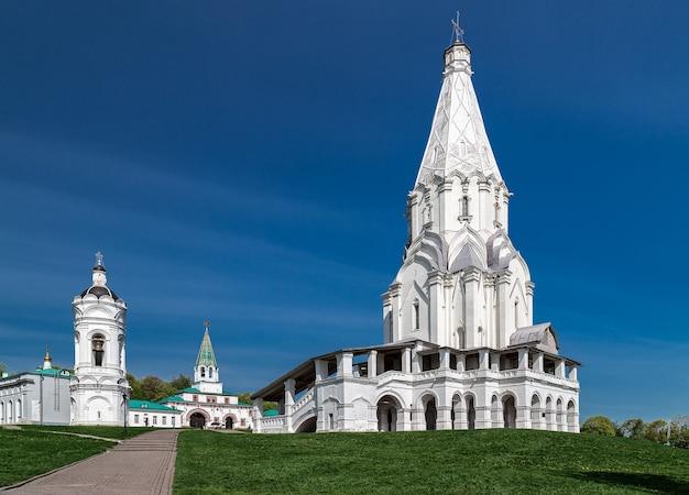 Kirche der himmelfahrt und ein eigenständiger glockenturm im kolomenskoye park (ehemaliger königlicher besitz), moskau, russland. unesco-weltkulturerbe.