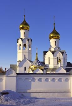 Kirche des erzengels michael in nowosibirsk die türme der orthodoxen kirche