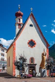 Kirche im bergdorf urtijei, gröden, im herzen der dolomiten
